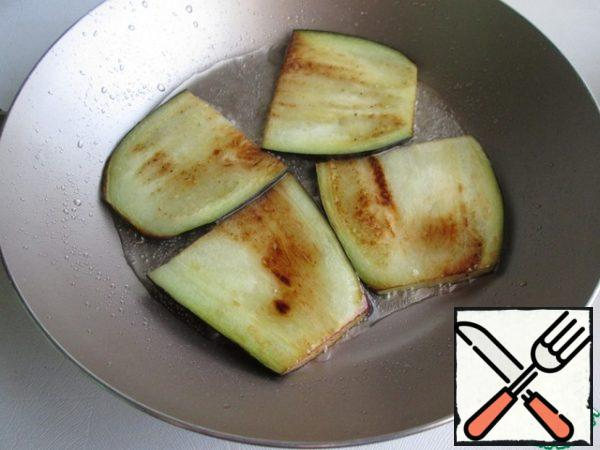 Fry in vegetable oil on both sides, and shift to a paper towel.