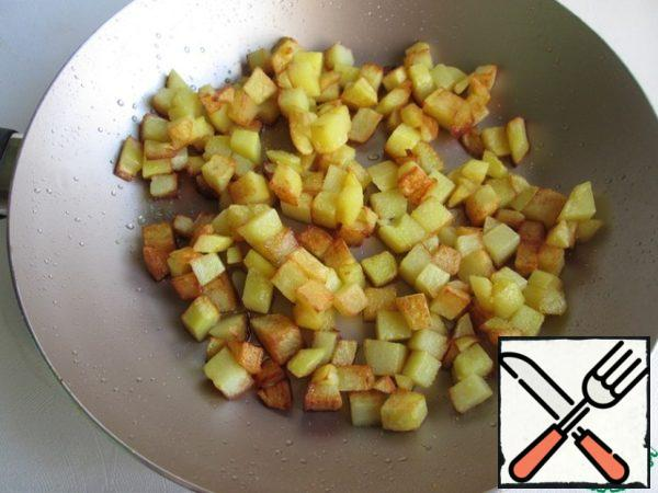 In the same pan add vegetable oil and fry the potatoes until Golden brown. At the end of frying salt. If there is Svan salt, then use it, I salted it with fragrant salt. Preferably the potatoes, too, to pass on a paper towel.