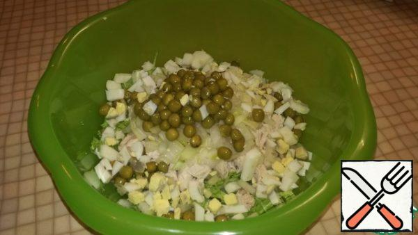 Finely cut the eggs and pour into a bowl. Add the green peas.