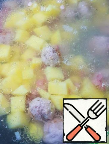 Potatoes cut into small cubes, send in a pan, pour all the vegetable broth or boiling water (the amount depends on how thick you like the soup). Cook under a lid until the potatoes are done.