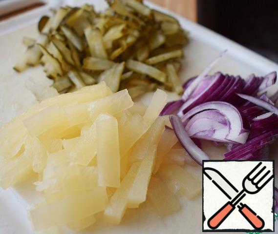 Peel the onion and cut into strips. Lightly mash with your hand (you can add a very small pinch of salt and sugar). Pineapple and pickled cucumber are also cut into strips.