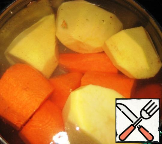 Vegetables to clear, wash. Send potatoes with carrots in a pot of water, let boil. After 4-5 minutes remove the pan from the heat, drain the water.