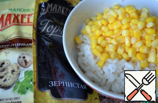 "Rice boil, cool. It is more appropriate to use rice varieties ""Arborio"". Mix with corn."