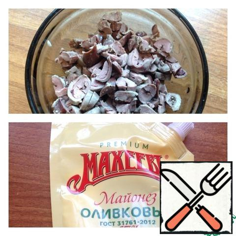 Boil chicken hearts in salted water, cool and cut into small cubes. To collect the salad layers: 1) Apple + grease with mayonnaise 2) onions 3) hearts + lubricate with mayonnaise 4) cheese + grease with mayonnaise 5) eggs