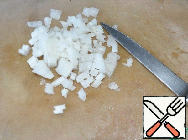 Radish clean, cut into small cubes, put on top of the chicken layer and also lightly lubricate with mayonnaise.