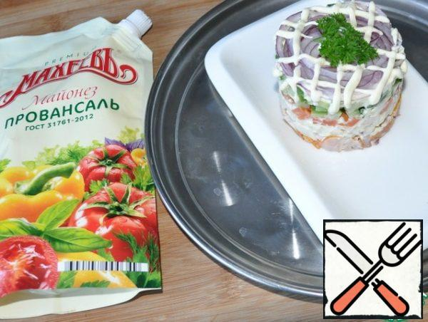 We remove the salad from the ring, put on top of the mesh of mayonnaise.