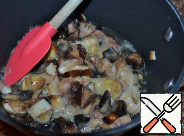 """White mushrooms (other forest or mushrooms) fry in vegetable oil. In order to avoid the """"fire"""" mushrooms, fry in a deep saucepan and under the lid. Salt."""