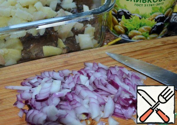 Peel and dice the onion. Add to salad bowl.