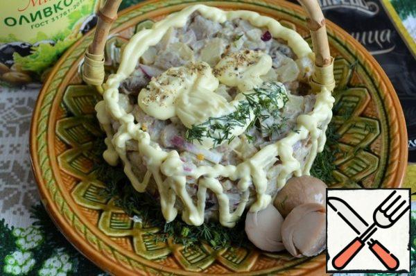 Remove the serving ring. Decorate with mayonnaise, herbs, mushroom powder.
