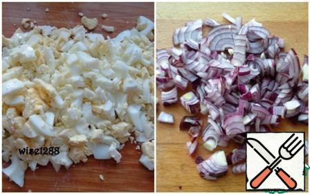 Boil the eggs until tender. Cut. Red onion finely chopped.