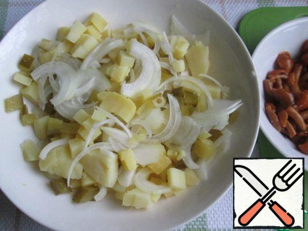 To combine the potatoes, cucumber and onion. Stir and then add the mushrooms.