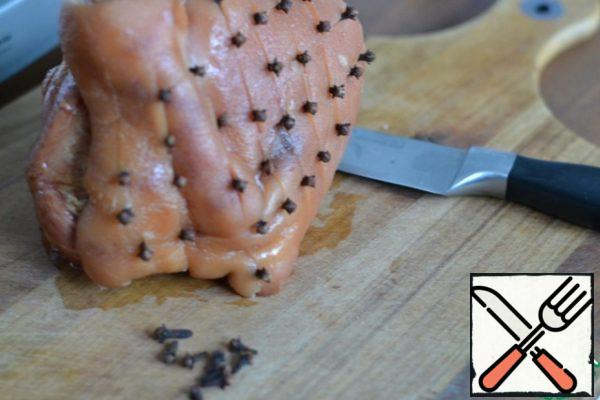 Wash and dry the meat. Knife to cut the skin and insert cloves.