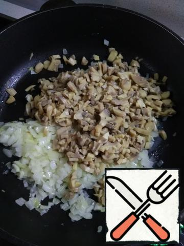 Peel the onion, finely chop and Fry until Golden brown. Wash mushrooms and finely chopped ( I used canned), send to the onions. Fry (do not simmer, namely fry). Add salt and herbes de Provence. Remove from heat.