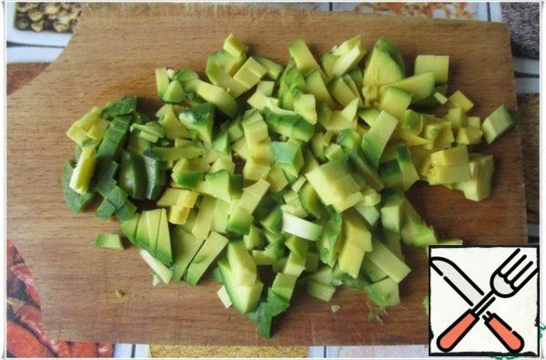 Avocado clean, remove the bone and cut into small cubes, sprinkle with a little lemon juice.