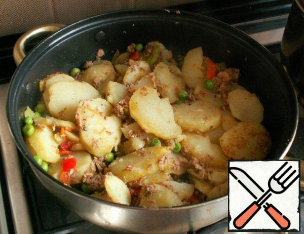 Finely chop the pepper, add together with peas and tuna to the potatoes. Fry for a couple of minutes.