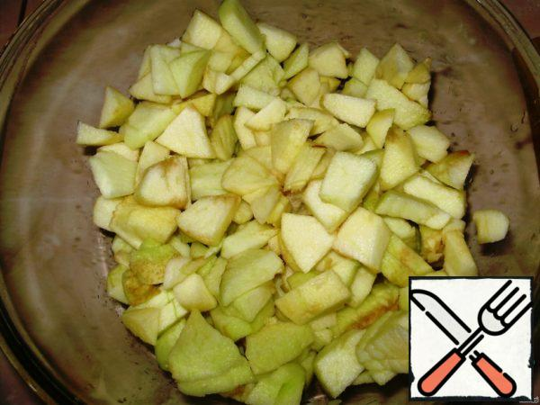Mix cottage cheese and sour cream and, by continuing hinder, add vanilla sugar, egg and cream oil. Peel the apples, cut into 4 pieces, remove the core cut into slices.