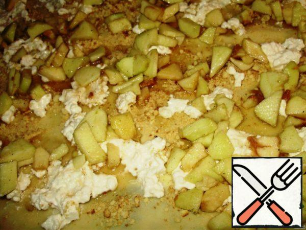 Lubricate the curd mass and spread on top of apples.