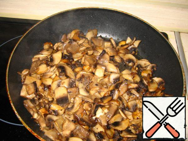 Mushrooms large cut and fry in oil, over high heat, stirring constantly.