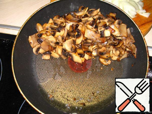 With grilled mushrooms drain excess oil by putting the pan on its side, then carefully spoon put the mushrooms in a salad bowl.
