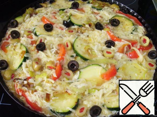 Grease the mold with oil, put the stewed vegetables, pour cheese and egg mixture.