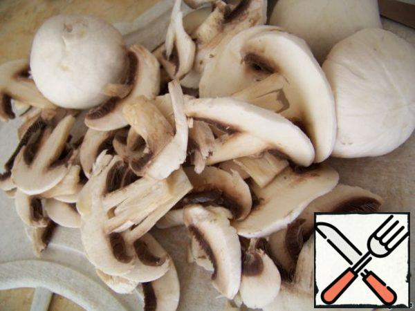 Mushrooms clean, wash, dry. Then cut into thin slices.