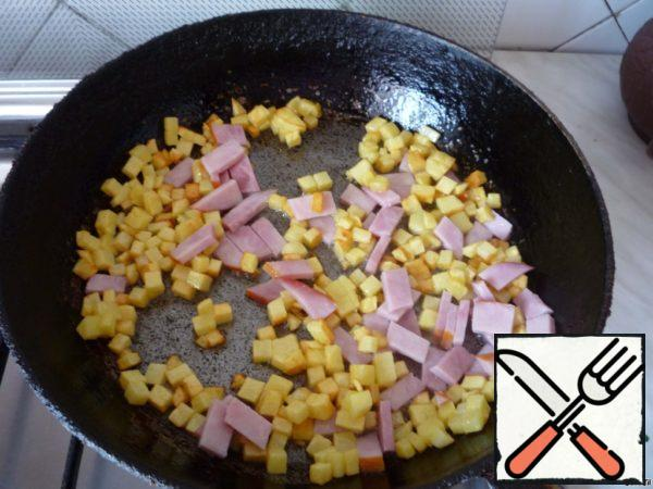 Add the sliced ham to the pan with the potatoes.