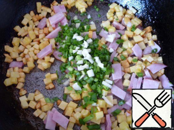 Here we add the chopped onion and garlic. Fry for another 2 minutes on low heat. Then pour everything into a bowl and allow to cool slightly.