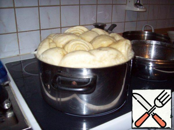After a time, turn off the heat supply and immediately open the lid (if this is not done, a vacuum will be created, and the strudels will fall off).