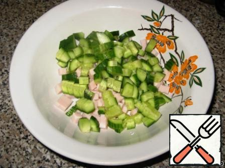 Cucumbers also cut into cubes. The cucumbers are all different, so focus on the fact that cucumbers and ham by volume should be almost the same.