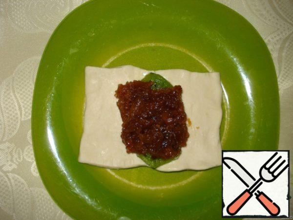 Cut the dough into rectangles and spread on the dough at the beginning of kiwi, then jam.