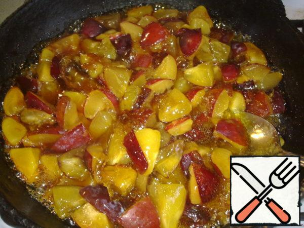 Meanwhile wash and cut the plums into 8 equal parts. Add them to the boiling sugar (be careful!) and mix everything.