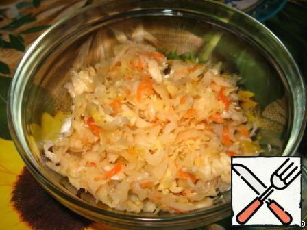 """Add sauerkraut to the cup. I write approximate amount of cabbage, I always put it """"by eye"""". If you have cabbage without carrots, then you will need to rub one small raw carrot on a fine grater into vinaigrette."""