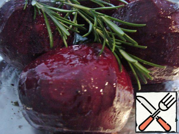 The beets (select the smaller ones) cleaned, slightly greased with olive oil, season with salt and pepper and with fresh sprigs of rosemary wrap tightly with foil and bake at 220*C around 1.5 hours or until tender. Beetroot is very sweet and fragrant.