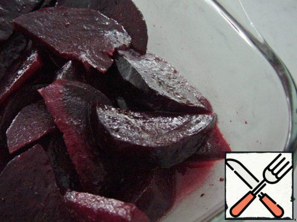 Even hot beets cut into slices and insist in the marinade of honey, lemon juice and olive oil.