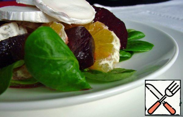 Make a salad: put a couple of leaves of green salad on a plate, alternate the beets with citrus and top with cheese. My favorite salad for an afternoon snack, the envy of colleagues, but will be a great side dish for pork or chicken.
