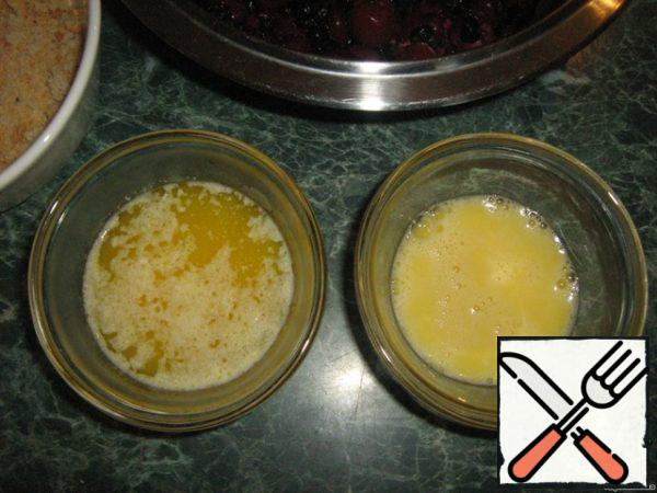 Drown the butter. Stir one egg, plus one yolk from the second egg. White second eggs stir separately.