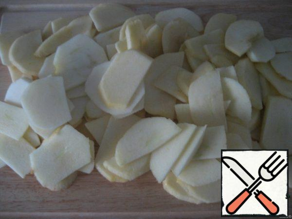 Cut the apples into thin slices and sprinkle with lemon juice.