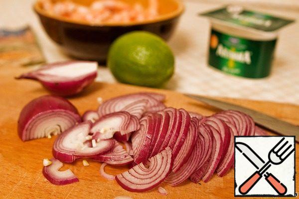 Onions cut into thin half-rings.