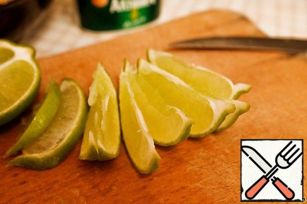 From half a lime to squeeze the juice and remove the peel. The other half cut into thin slices.