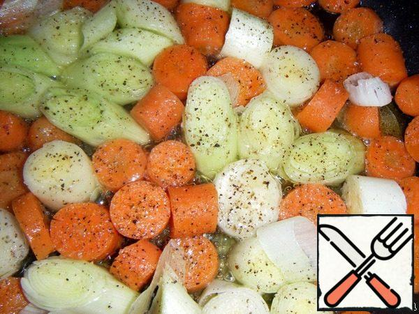 Leek cut diagonally into pieces 1.5-2 cm Carrots cut into circles In a frying pan, pour oil, add carrots, add a little water and simmer over low heat until evaporated. Add the onion, all sprinkled with salt, mixture of peppers and herbs de Provence, lightly fry and put into a form.