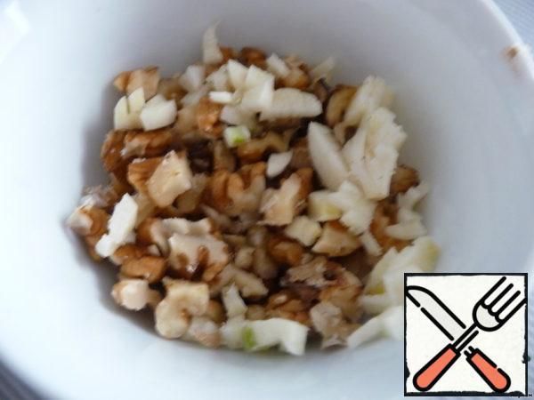 Walnuts and garlic chop, mix with vinegar and salt.