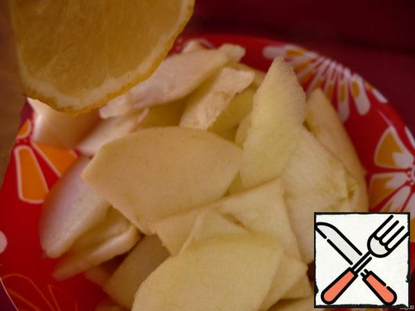 Remove the zest from the lemon. Apples clean, cut into slices and immediately pour lemon juice to avoid darkening.