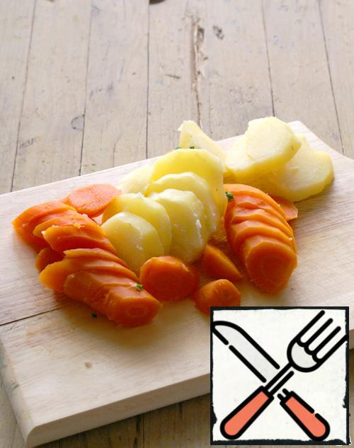 Cut potatoes and carrots into slices.