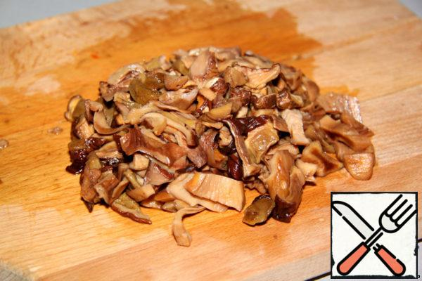 In the evening soaked dry white mushrooms, in the morning drained the liquid, finely chopped mushrooms.