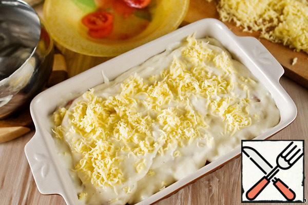 Pour all the sauce and sprinkle with the remaining cheese. Put in a preheated 200°C oven and bake until Golden brown (about 30 minutes).