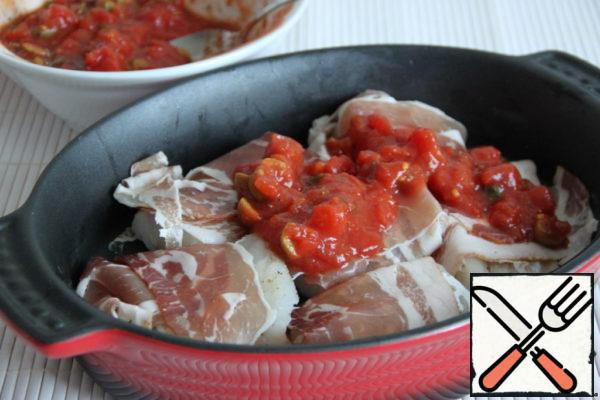 Wrap the fish fillet with smoked ham (if you think this combination is very unusual - skip this step). Put the envelopes with fish in a baking dish. The sauce between the fish and the remaining fish.