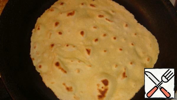Fry the tortillas in a well-heated pan, without oil. Keep in mind that it is better to slightly undercook the cakes than to dry them. Raw they will not be-too thin. A dry - they will be dry and will not bend. So, literally: a little flushed - turn. Bon appetit to you and your family!