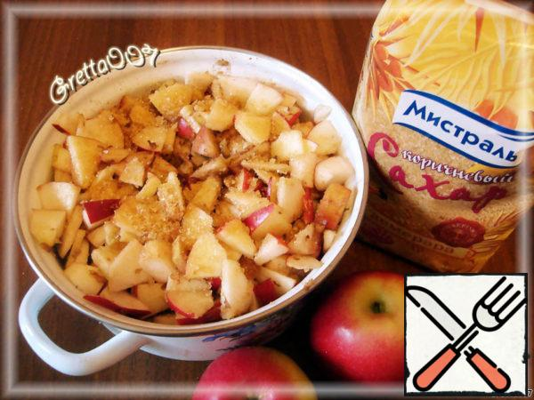 If the apples have a soft skin, then we will not remove it, if the skin is rough, then, of course, remove it from the apples. I have the apples were fresh from the fall garden, with good skin. Prepared apples cut into thin slices, mix in a bowl with raisins, nuts, cinnamon, vanilla and sugar.