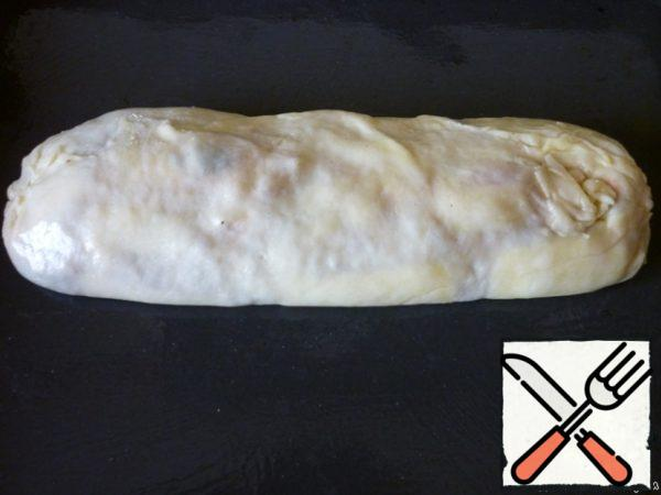 To roll the strudel. Well to take the edge. Put on a greased baking tray with vegetable oil, sprinkle with the remaining vegetable oil. Bake for 40 minutes in a preheated 200 degree oven. For 5 minutes until ready to grease the strudel with a mixture of yolk and milk.