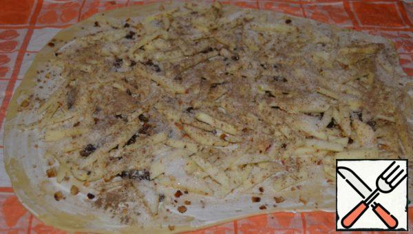Distribute the filling over the entire surface of the dough, sprinkle with sugar and cinnamon.